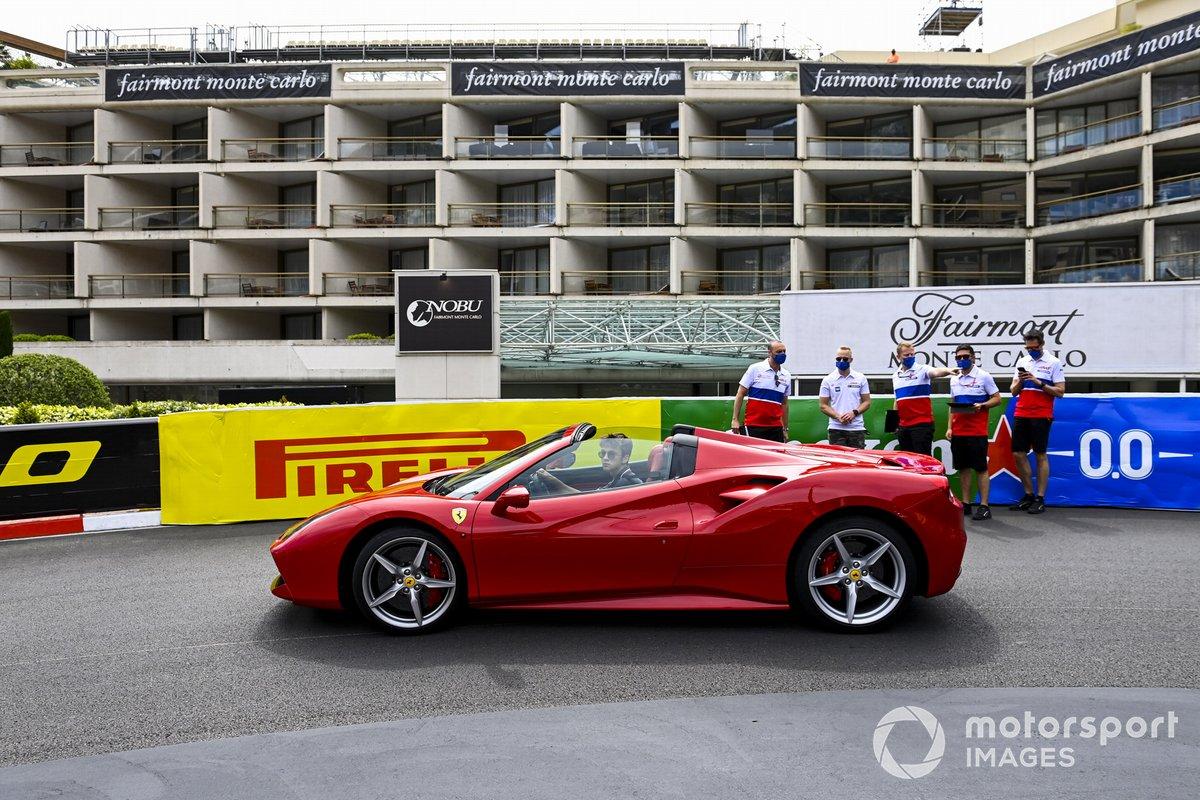 Un Ferrari y Nikita Mazepin, Haas F1, con su equipo