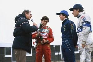 Ayrton Senna, Ralt RT3-Toyota, 1ª posición, con Martin Brundle, Ralt RT3-Toyota, 2ª posición y Mario Hytten, Ralt RT3-Toyota, 3ª posición, son entrevistados en el podio