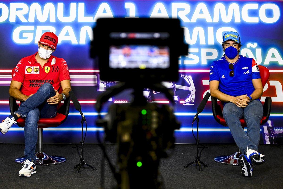 Carlos Sainz Jr., Ferrari, Fernando Alonso, Alpine F1 en la conferencia de prensa