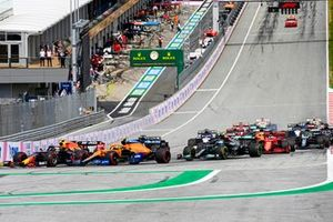 Sergio Perez, Red Bull Racing RB16B, Lando Norris, McLaren MCL35M, Fernando Alonso, Alpine A521, Valtteri Bottas, Mercedes W12, and the remainder of the field at the start
