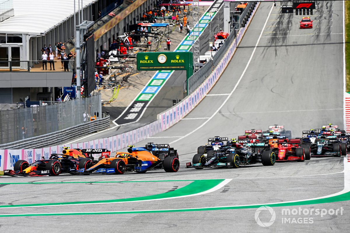Arrancada Sergio Pérez, Red Bull Racing RB16B, Lando Norris, McLaren MCL35M, Fernando Alonso, Alpine A521, Valtteri Bottas, Mercedes W12, y el resto del pelotón