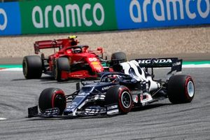 Yuki Tsunoda, AlphaTauri AT02, Carlos Sainz Jr., Ferrari SF21
