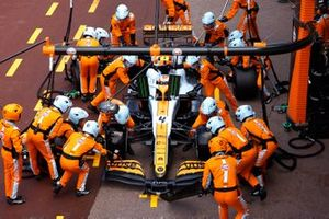 Lando Norris, McLaren MCL35M, in the pits