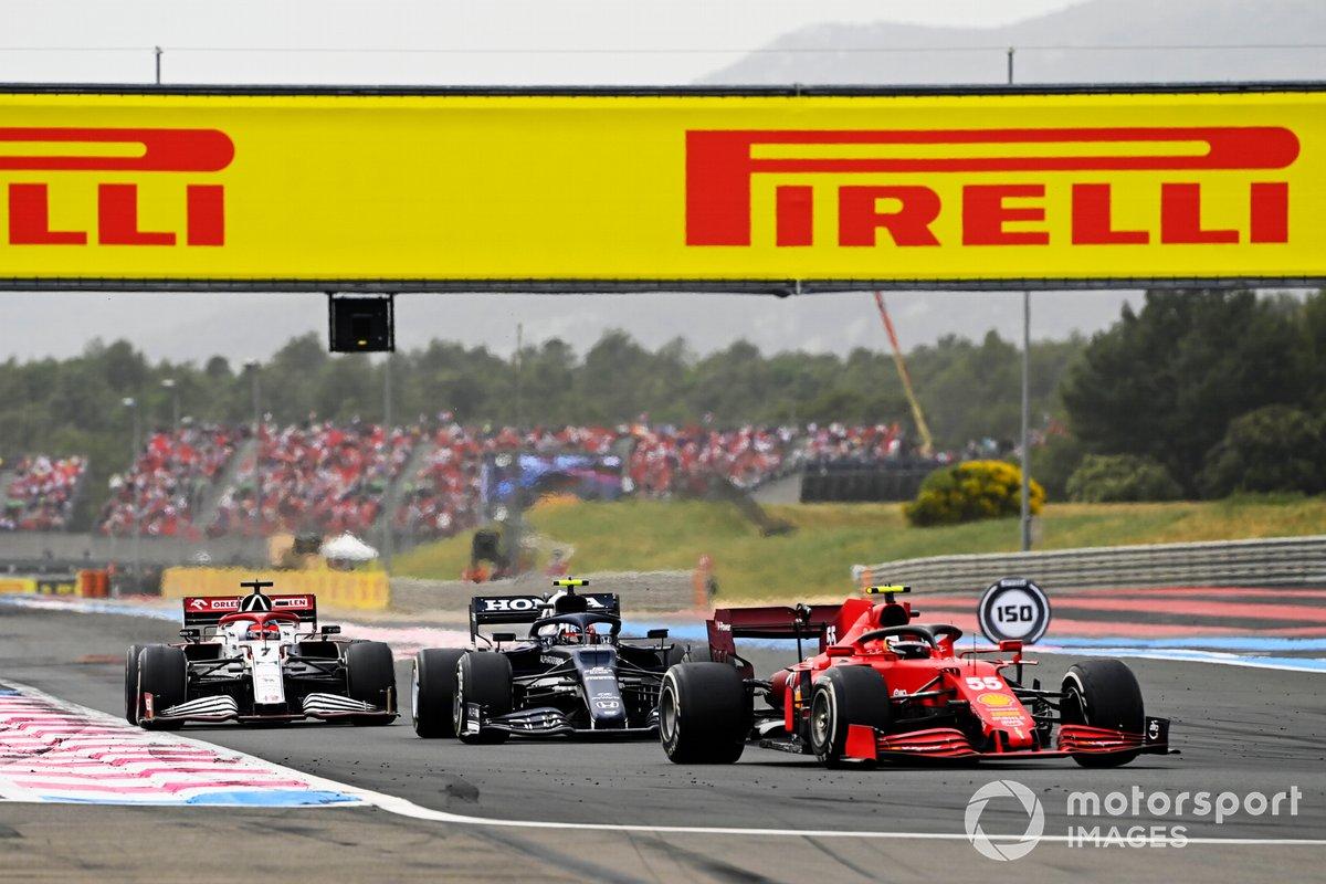 Carlos Sainz, Ferrari SF21, precede Pierre Gasly, AlphaTauri AT02, e Kimi Raikkonen, Alfa Romeo Racing C41