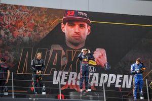 Podio: segundo lugar Valtteri Bottas, Mercedes, ganador Max Verstappen, Red Bull Racing , tercer lugar Lando Norris, McLaren