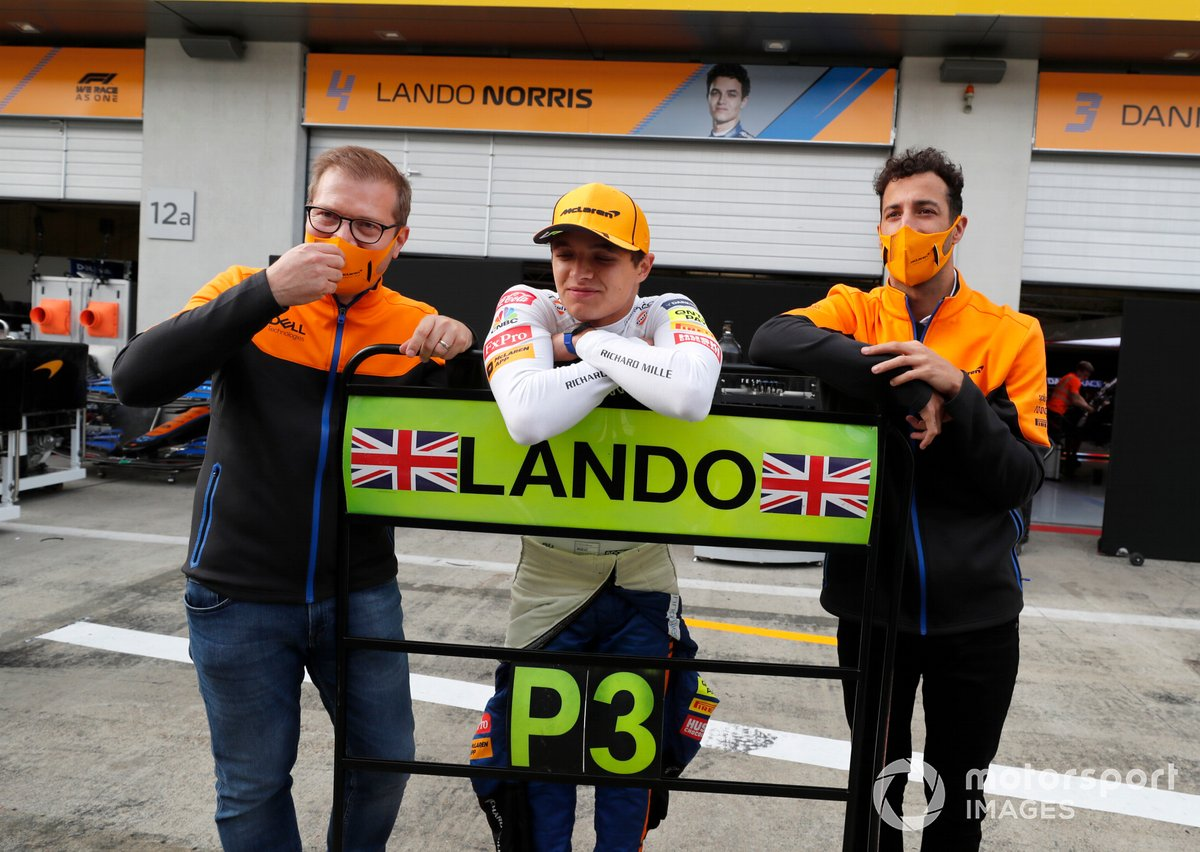 Andreas Seidl, director del equipo McLaren, Lando Norris, McLaren, tercera posición, y Daniel Ricciardo, McLaren , celebran con el equipo McLaren después de la carrera