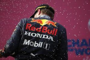 Max Verstappen, Red Bull Racing, célèbre sa victoire sur le podium