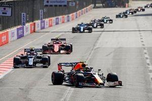 Sergio Perez, Red Bull Racing RB16B, Pierre Gasly, AlphaTauri AT02, en Carlos Sainz Jr., Ferrari SF21