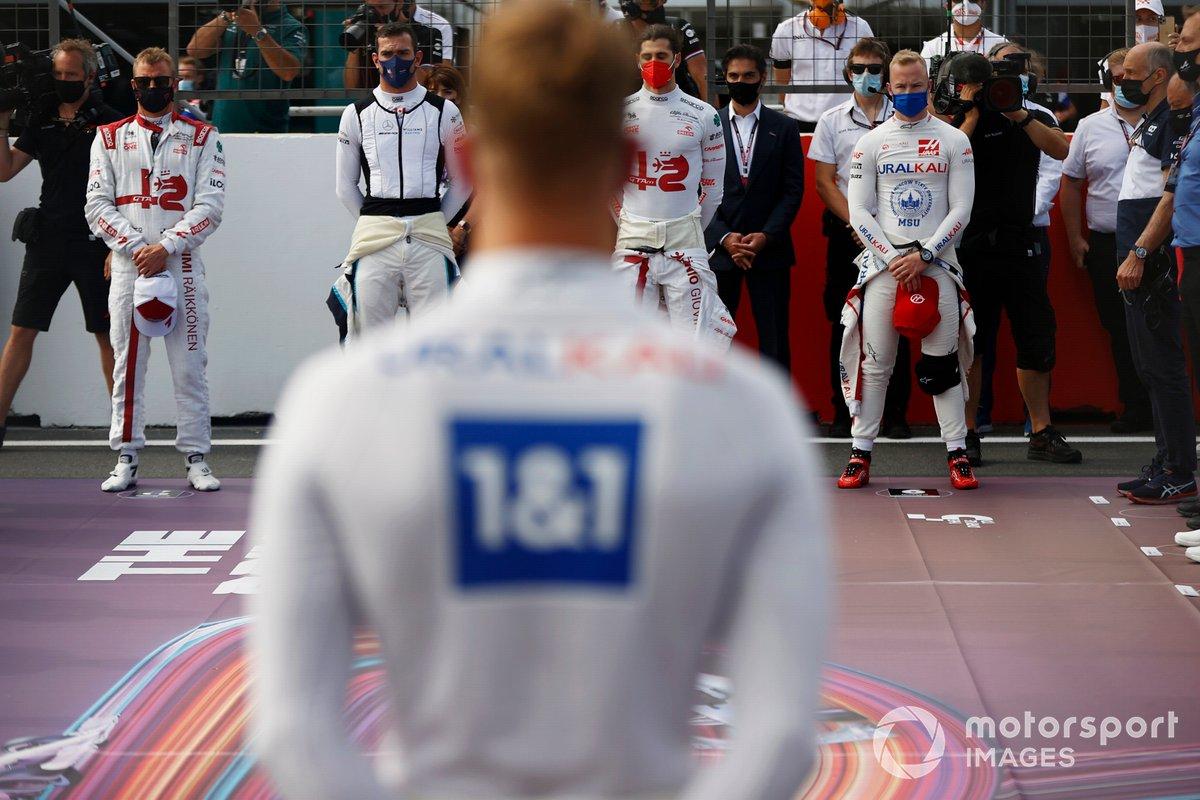 Kimi Raikkonen, Alfa Romeo Racing, Nicholas Latifi, Williams, Antonio Giovinazzi, Alfa Romeo Racing, Nikita Mazepin, Haas F1, y los demás pilotos y personal guardan un minuto de silencio por el fallecido Mansoir Ojjeh en la parrilla