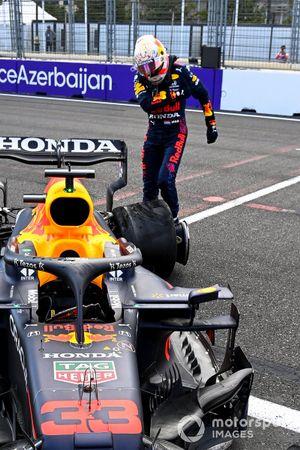 Max Verstappen, Red Bull Racing, schopt tegen zijn auto na een crash