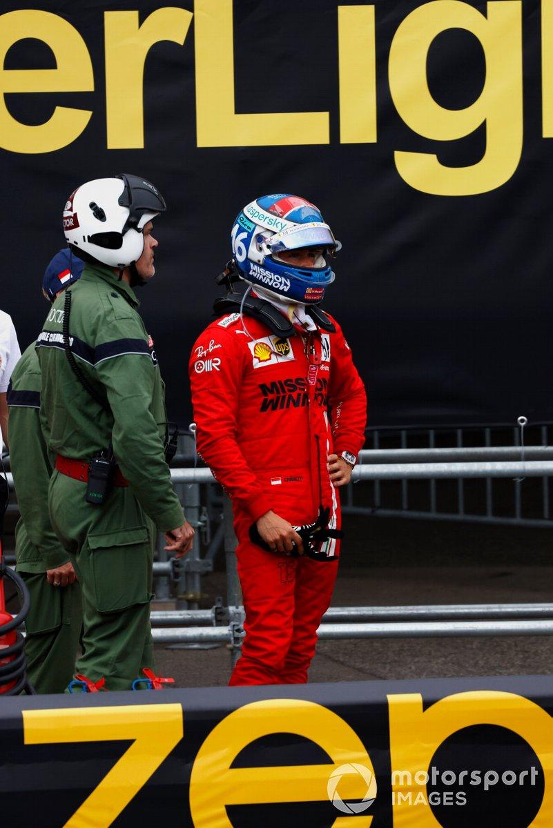 Charles Leclerc, Ferrari, in piedi dietro le barriere dopo il suo incidente