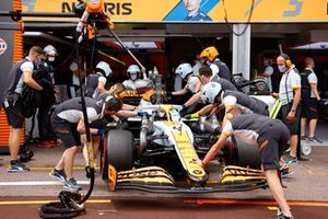 Lando Norris, McLaren MCL35M, torna in garage
