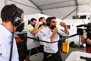 Jerome d'Ambrosio, director adjunto del equipo Venturi Racing, el equipo Venturi celebra la victoria en su garaje