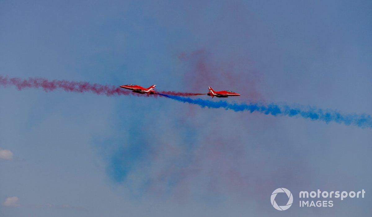 La pareja de sincronización del equipo de exhibición de las Flechas Rojas realiza el pase de sincronización para el público