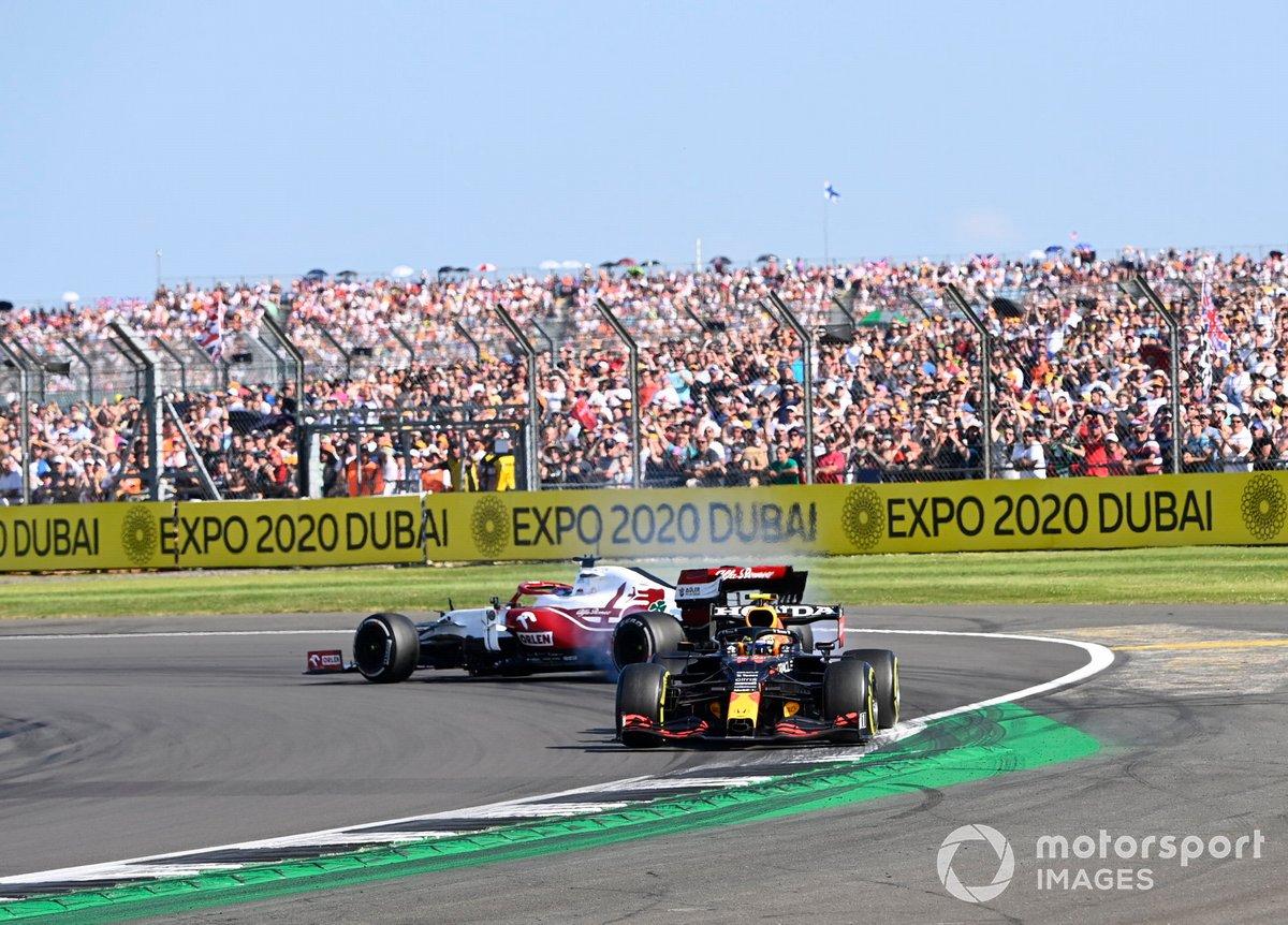 Kimi Raikkonen, Alfa Romeo Racing C41, fa un testacoda dopo il contatto con Sergio Perez, Red Bull Racing RB16B