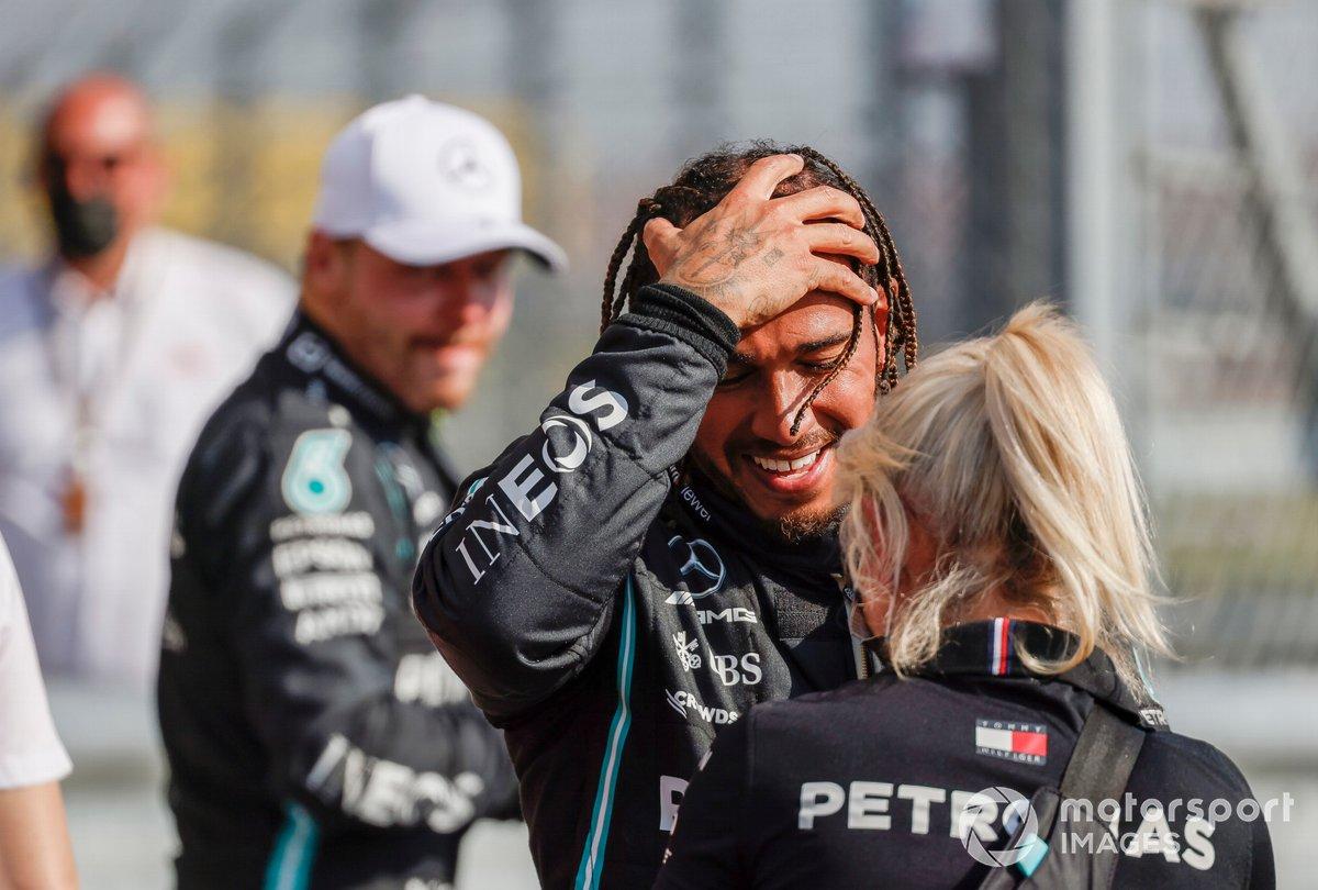 Lewis Hamilton, Mercedes, primo classificato, festeggia con Angela Cullen, fisioterapista di Lewis Hamilton
