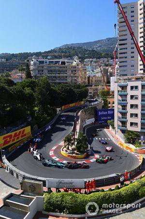 Sebastien Buemi, Nissan e.dams, Nissan IMO2, Sam Bird, Jaguar Racing, Jaguar I-TYPE 5, behind Rene Rast, Audi Sport ABT Schaeffler, Audi e-tron FE07