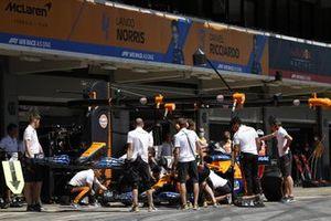 Daniel Ricciardo, McLaren MCL35M, dans la voie des stands