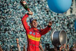 Podium: winnaar Lucas di Grassi, ABT Schaeffler Audi Sport, spuit de champagne