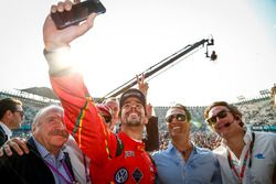 Podio: ganador Lucas di Grassi, ABT Schaeffler Audi Sport tiene un selfie