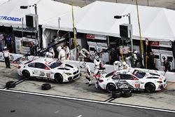 #25 BMW Team RLL BMW M6 GTLM : Bill Auberlen, Dirk Werner, Augusto Farfus, Bruno Spengler, #100 BMW Team RLL BMW M6 GTLM : Lucas Luhr, John Edwards, Kuno Wittmer, Graham Rahal touchent un pneu