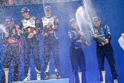 Podium: winnaars Sébastien Ogier, Julien Ingrassia, Volkswagen Motorsport, derde Mads Ostberg, Ola F