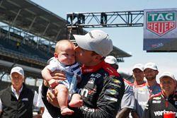 1. beim Boxenstoppwettbewerb: Will Power, Team Penske, Chevrolet, mit Sohn Beau