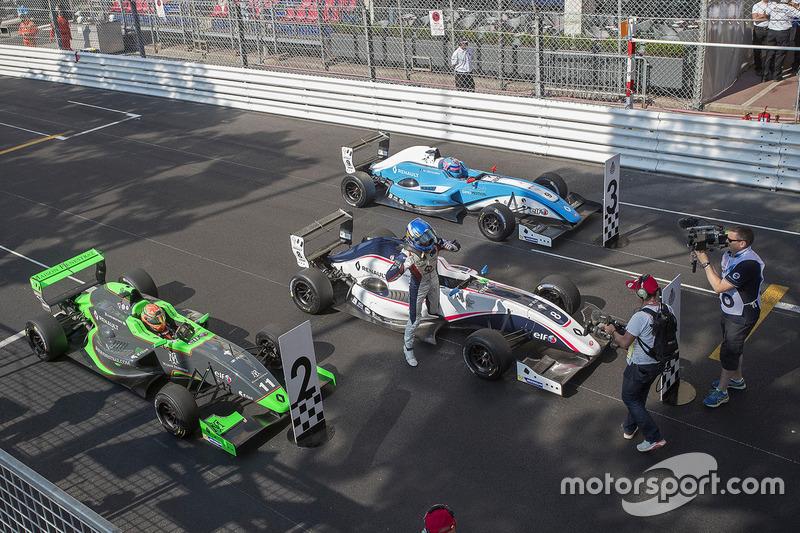 Racewinnaar Will Palmer, R-ace GP, tweede plaats Sacha Fenestraz, Josef Kaufmann Racing, derde plaat