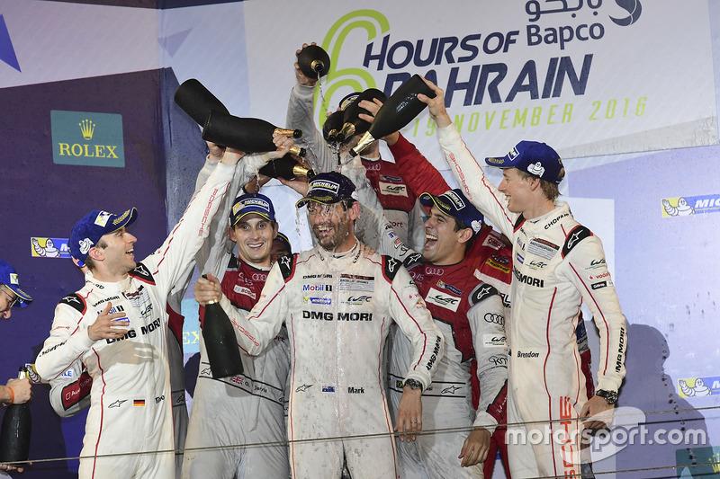 Los pilotos de Audi y Porsche vacían sus botellas sobre Webber