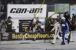 Carl Edwards, Joe Gibbs Racing Toyota camina por la pista hacua pits tras estrellarse