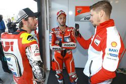 Cal Crutchlow, Team LCR, Honda, und Andrea Dovizioso, Ducati Team, im Gespräch mit Casey Stoner, Duc