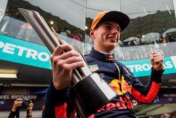 Max Verstappen, Red Bull Racing, racewinnaar, viert feest met zijn team en trofee