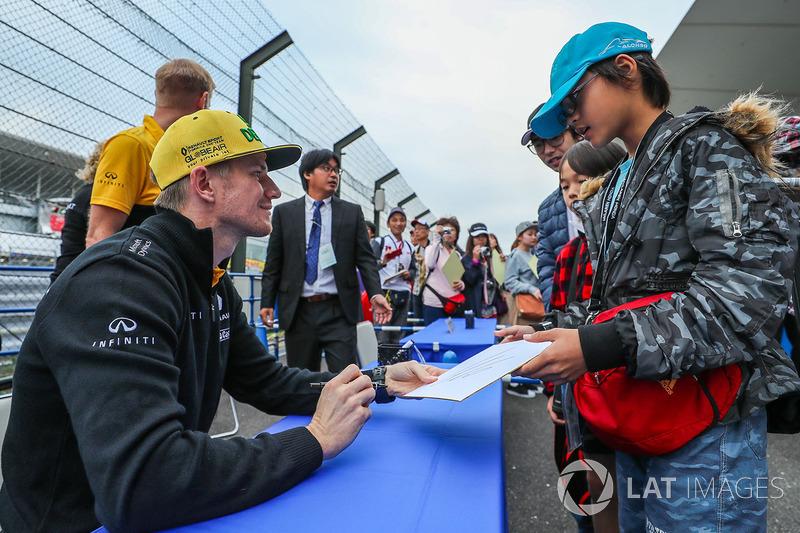 Ніко Хюлькенберг, Renault Sport F1 Team, роздає автографи