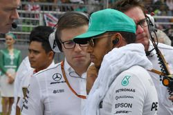 Lewis Hamilton, Mercedes AMG F1 y Peter Bonnington, ingeniero de carrera de Mercedes AMG F1