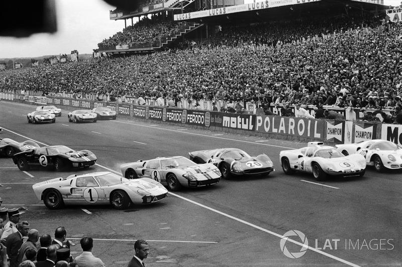 #1 Ken Miles, es superado al inicio por John Whitmore, Ford #8, Mike Parkes, Ferrari #20, Jo Bonnier