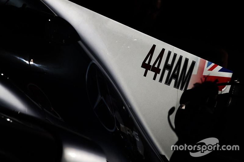 Номер и сокращение от фамилии пилота Mercedes AMG F1 Льюиса Хэмилтона на плавнике его W08