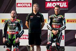 Podium: race winner Jonathan Rea with Shigemi Tanaka, Kawasaki Racing