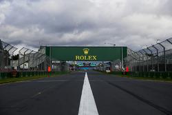 Détails de la piste, avec les logos Rolex