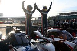 Filipe Albuquerque, United Autosports, celebra la victoria con John Falb, United Autosports