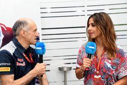 Franz Tost, director del equipo Scuderia Toro Rosso conversaciones, Noemi de Miguel, presentadora de
