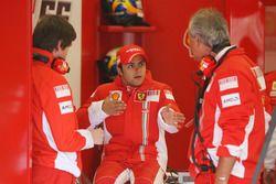 Felipe Massa, Ferrari con Rob Smedley y Luigi Mazzola, Gerente de equipo de pruebas de Ferrari
