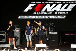 Max Verstappen, Red Bull, Daniel Ricciardo, Red Bull Racing, en el escenario de la F1