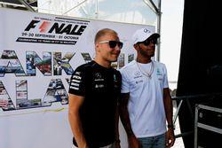 Valtteri Bottas, Mercedes AMG F1, Lewis Hamilton, Mercedes AMG F1, en el escenario de la F1