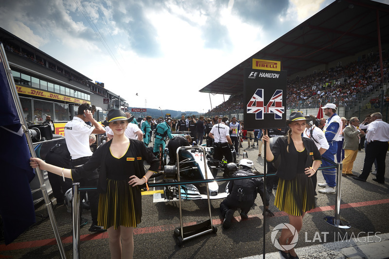 Chicas de la parrilla con Lewis Hamilton, Mercedes AMG F1
