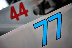 Гоночные номера автомобилей Mercedes AMG F1 W08 Валттери Боттаса и Льюиса Хэмилтона