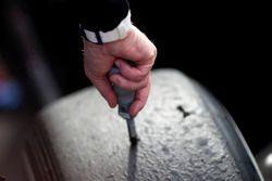 Un tecnico Pirelli controlla la temperatura di uno pneumatico