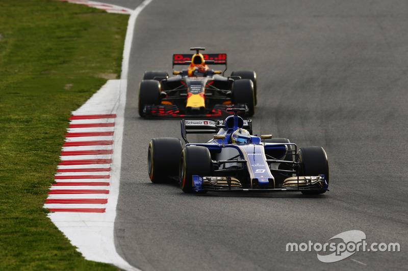 Маркус Ерікссон, Sauber C36, випереджає Макса Ферстаппена, Red Bull Racing RB13