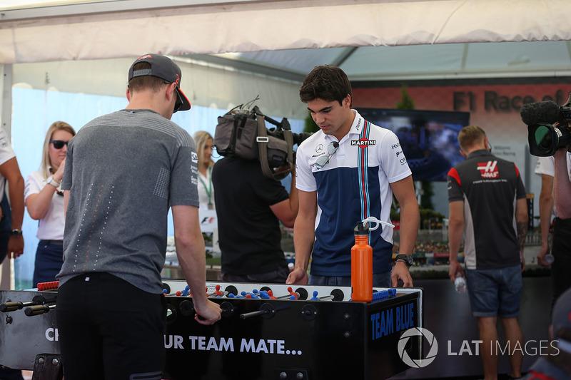 Stoffel Vandoorne, McLaren y Lance Stroll, Williams juegan al futbolín