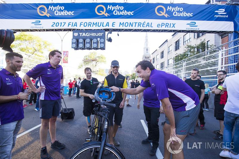 Jean-Eric Vergne, Techeetah, y el  Virgin team en una carrera de bicis