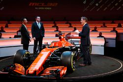 Yusuke Hasegawa, Director de manejo, Honda, Eric Boullier, Director de carreras, McLaren y presentador Simon Lazenby en el escenario para el lanzamiento de la McLaren MCL32